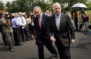 Los senadores Charles Schumer, demócrata por Nueva York (izq.), y John McCain, republicano por Arizona, salen de la Casa Blanca tras una reunión con el presidente Barack Obama sobre inmigración, el jueves pasado.   Win McNamee / Getty Images  Read more here: http://www.elnuevoherald.com/2013/07/14/1520751/sabina-covo-la-importancia-de.html#storylink=cpy